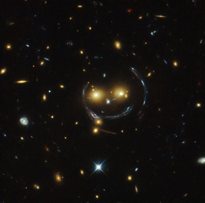 lente gravitatoria captada por el Hubble