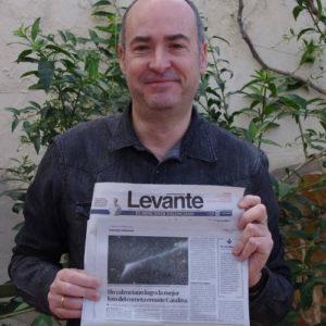 Pepe Chambó con uno de sus cometas